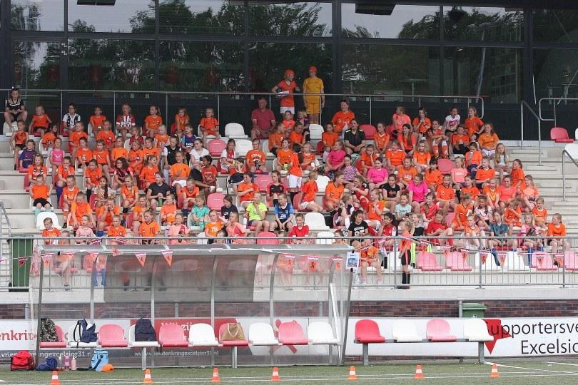 Foto bij Weekjournaal met latje trap en Oranjefestival
