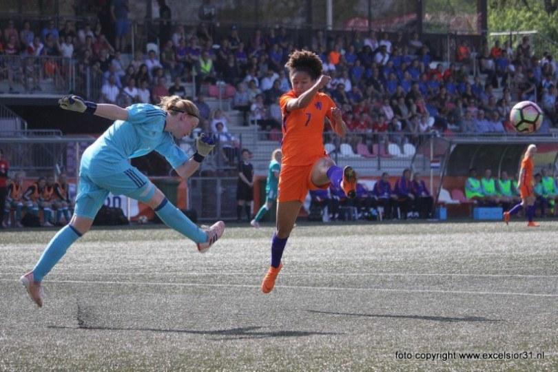 Foto bij Weekjournaal met vrouwenvoetbal, Amanuel Isa, Boy Boeloerditi & zaalvoetbal